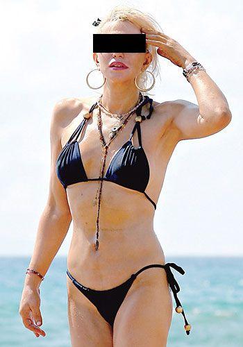 Şahane bir vücudunuz olabilir ama yaşınız 40'ı geçtiyse bu tür iddialı bikinilerden uzak durun!